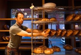 Uno de los dueños de la panadería 130 grados, Madrid, 2017.