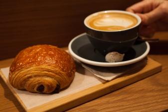 Napolitana y café de la panadería 130 grados, Madrid, 2017.
