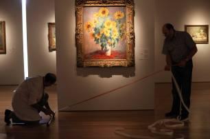 Trabajadores del Museo Gulbenkian, en Lisboa, preparan una exposición de Van Gogh.