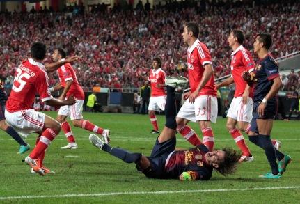 Pujol se rompe el brazo, durante el partido contra el Benfica F.C.